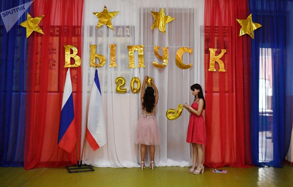 احتفال خريجي مدرسة رقم4 باسم بطل الاتحاد السوفيتي ف. إ. سينيتشينكو (طلاب الثانوية العامة) في مدينة فلاديفوستوك
