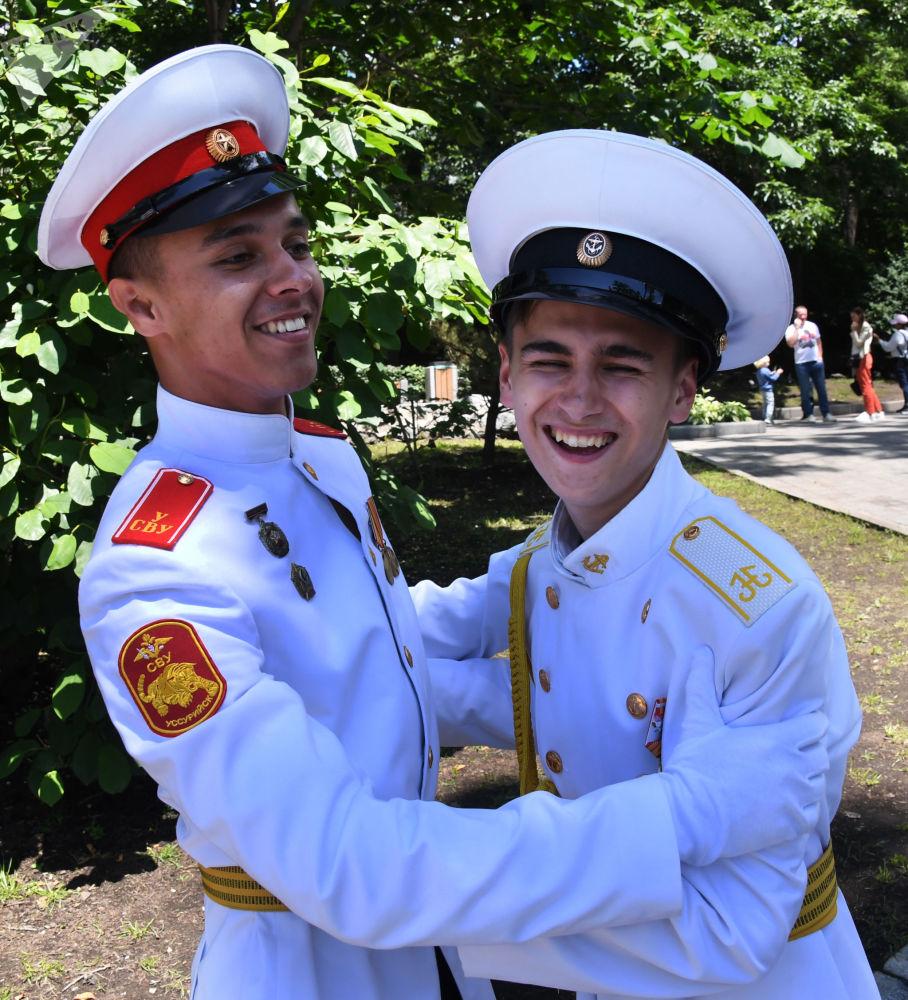 احتفال خريجي معهد ناخيموف العسكري البحري (طلاب الثانوية العامة) في مدينة أوسوريسك