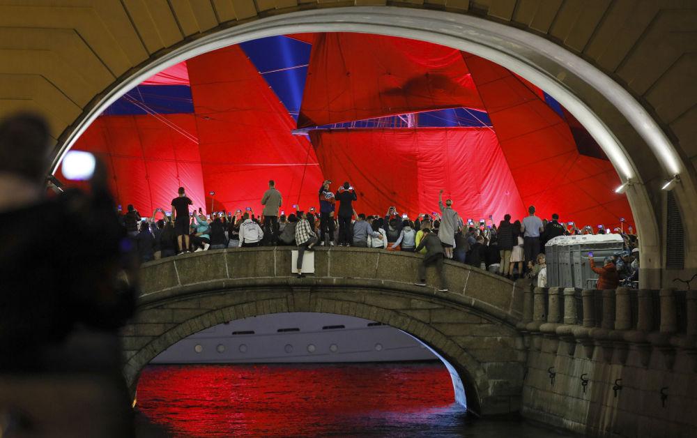 مراسم احتفالية آليه باروسا (الأشعة الحمراء) خريجي المدارس (طلاب الثانوية العامة) في مدينة سان بطرسبورغ
