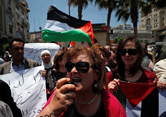فلسطينيون يشاركون في احتجاج على ورشة عمل البحرين لخطة السلام الأمريكية في رام الله في الضفة الغربية التي تحتلها إسرائيل