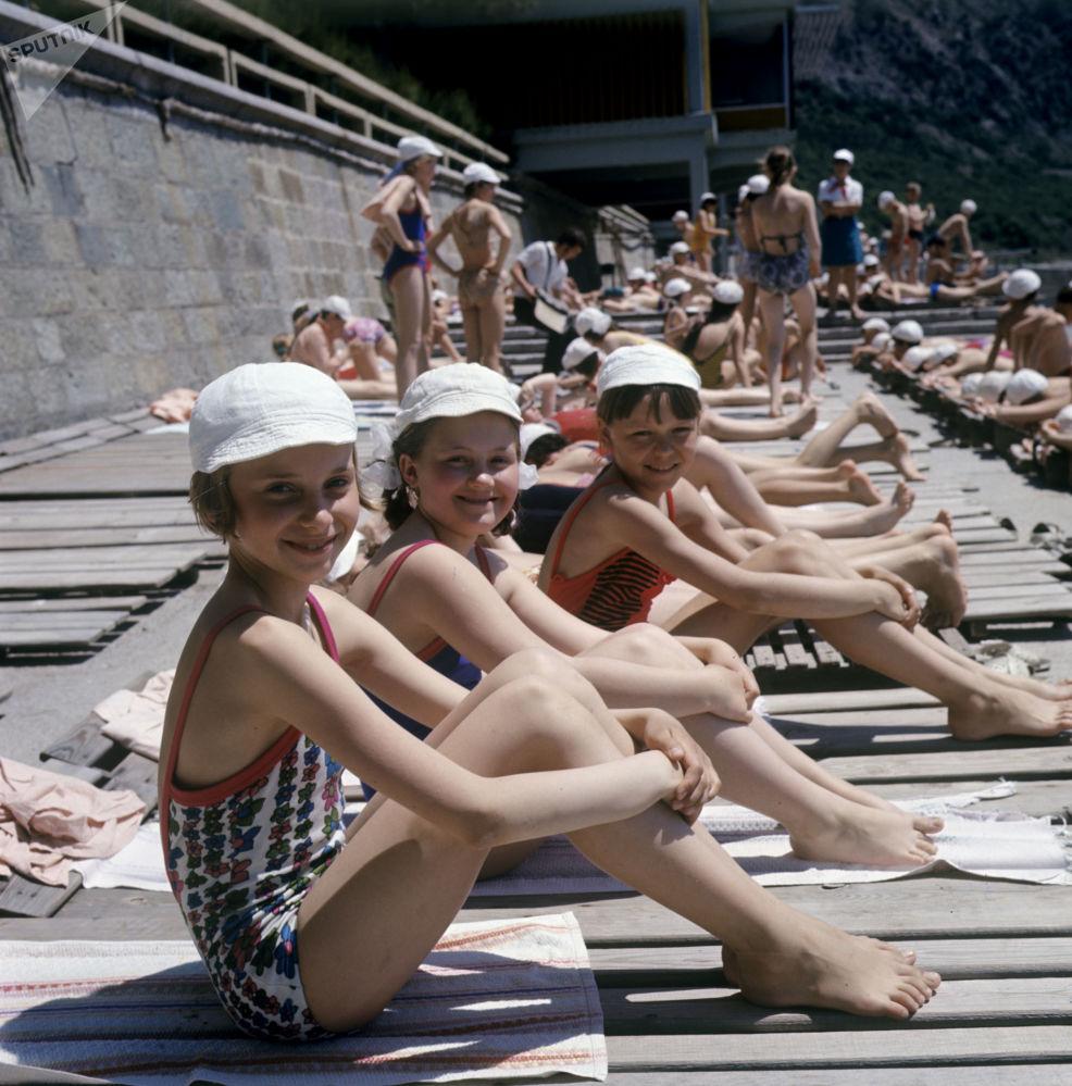 أطفال على الشاطئ في مخيم عموم الاتحاد السوفيتي أرتيك باسم ف. إ. لينين، 1973
