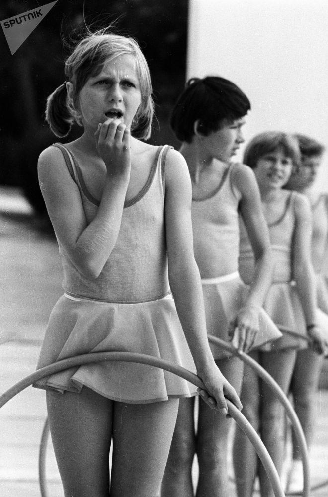فتيات خلال أداء رياضي للألعاب ستارتي ناديجدي (بدايات الأمل) في إطار فعاليات مخيم عموم الاتحاد السوفيتي أرتيك باسم ف. إ. لينين، 1977
