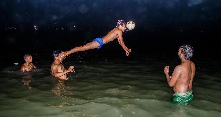 الصورة بعنوان اللحظة الحاسمة في مباراة كرة الماء، فئة الرياضة، للمصور أياناف سيل من الهند