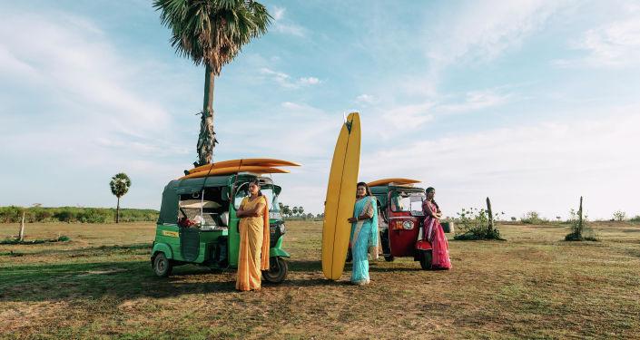 الصورة بعنوان نساء من خليج أروغام، فئة لوحة شخصية. بطل من هذا الزمان، للمصور فرانسيس روسو من فرنسا