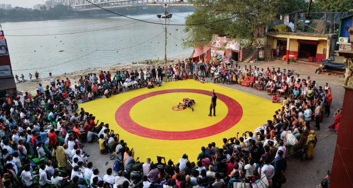 الصورة بعنوان مباراة مصارعة على السجادة الحمراء-الصفراء، فئة الرياضة،  للمصور أميت موليك من الهند