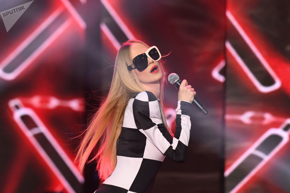 مهرجان الجمال والمواهب الـ25 كراسا روسسس-2019 (حسناء روسيا 2019) في قاعة فيغاس يتي هول - المغنية نتاليا تشيتياكوفا-إيفانوفا (غليوكوزا) خلال فقرة غنائية
