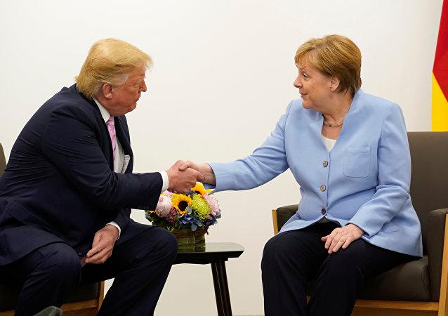 المستشارة الألمانية، أنغيلا ميركل، مع الرئيس الأمريكي، دونالد ترامب، على هامش قمة العشرين الكبار في أوساكا
