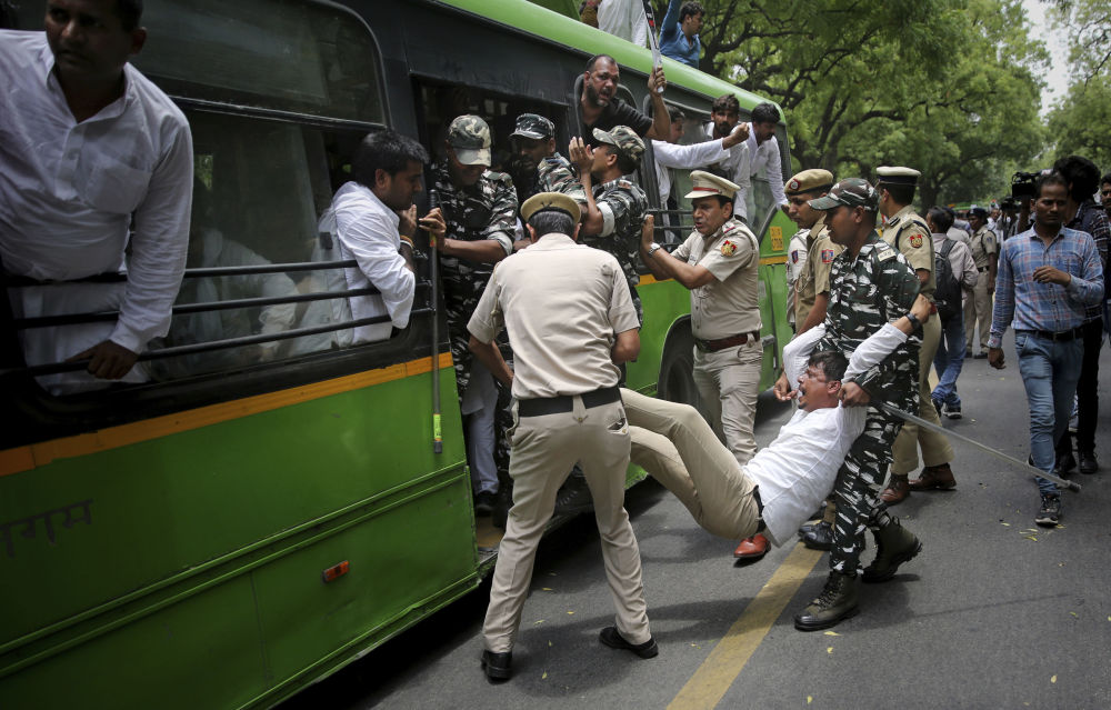 الشرطة الهندية تعتقل نشطاء شباب في حزب المؤتمر المعارض احتجاجًا على مقتل أكثر من 100 طفل بسبب التهاب الدماغ في ولاية بيهار الهندية، خارج مقر وزير الصحة الهندي في نيودلهي، الهند، 27 يونيو/ حزيران 2019