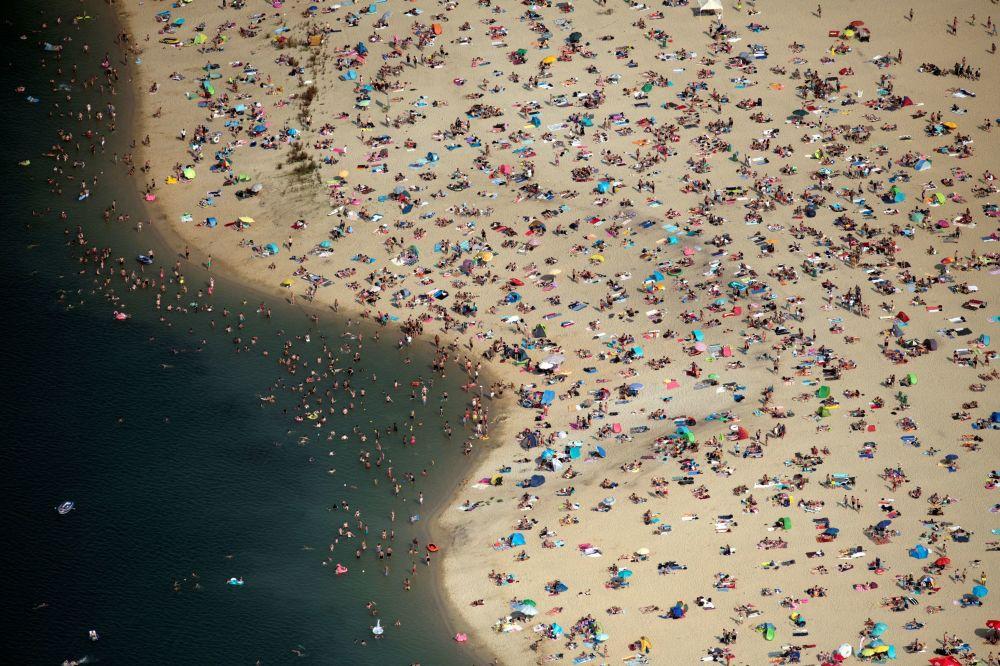 ألمانيون يهربون من الحر إلى شواطئ بحيرة هالترن آم سي، ألمانيا 26 يونيو/ حزيران 2019