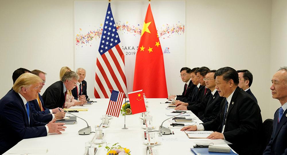 الرئيس الأمريكي دونالد ترامب والرئيس الصيني شي جين بينغ في اجتماع ثنائي خلال قمة قادة مجموعة العشرين في أوساكا باليابان