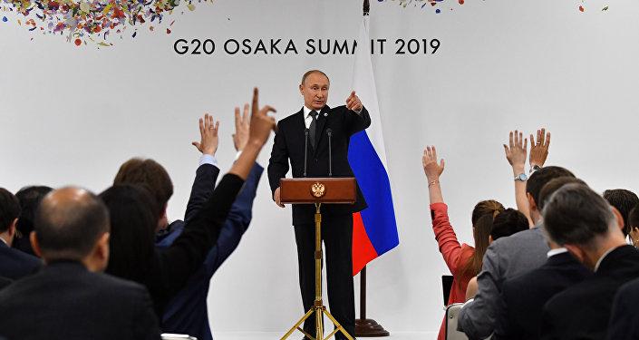 الرئيس الروسي فلاديمير بوتين يشير إلى أحد الصحفيين لطرح سؤال خلال مؤتمره الصحفي على هامش قمة مجموعة العشرين في أوساكا