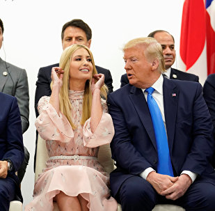 إيفانكا ترامب مع الرئيس الأمريكي دونالد ترامب في قمة العشرين في مدينة أوساكا اليابانية