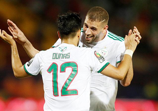 فرحة المنتخب الجزائري إسلام سليماني وآدم وناس في مباراة تنزانيا