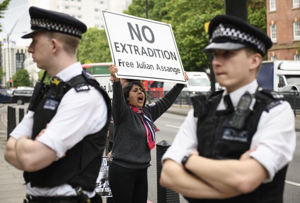 وقفة تضامنية لدعم مؤسس منظمة ويكيليكس جوليان أسانج في لندن