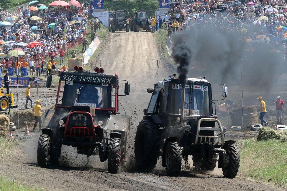 منافسون خلال السباق على الجرارات Bizon Track Show في منطقة روستوف