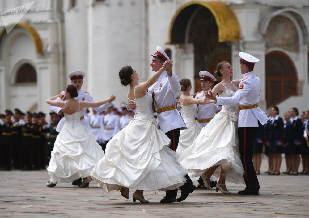 طلاب معهد سوفوروف العسكرية يرقصون الفالس في حفل التخرج في ميدان الكاتدرائية في الكرملين