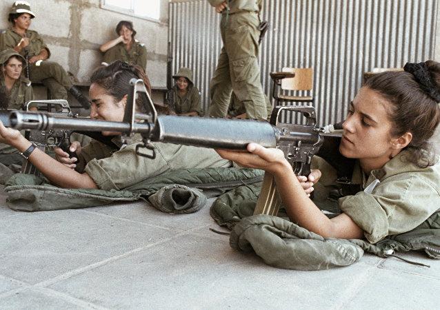 فتيات يتعلمن إطلاق النار في الجيش الإسرائيلي