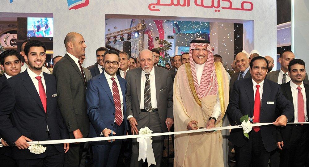 أسامة نقلي، سفير السعودية لدى مصر أثناء افتتاحه مدينة الثلج