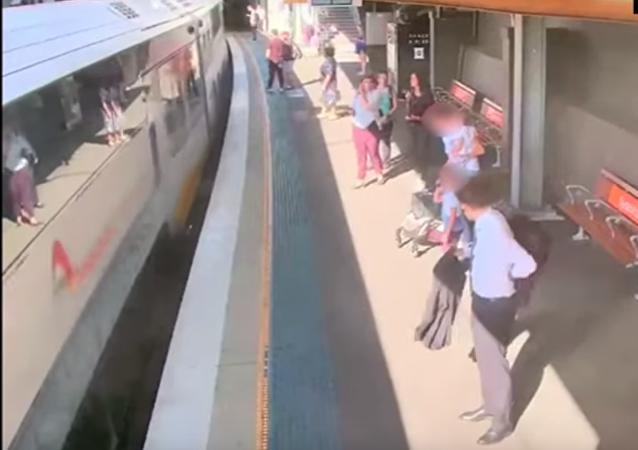 طفل يسقط في محطة القطار
