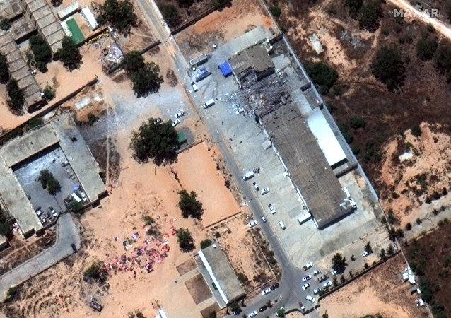 صور الأقمار الصناعية في أعقاب الغارة الجوية التي ضربت مركزًا للهجرة في ضاحية تاجوراء بطرابلس