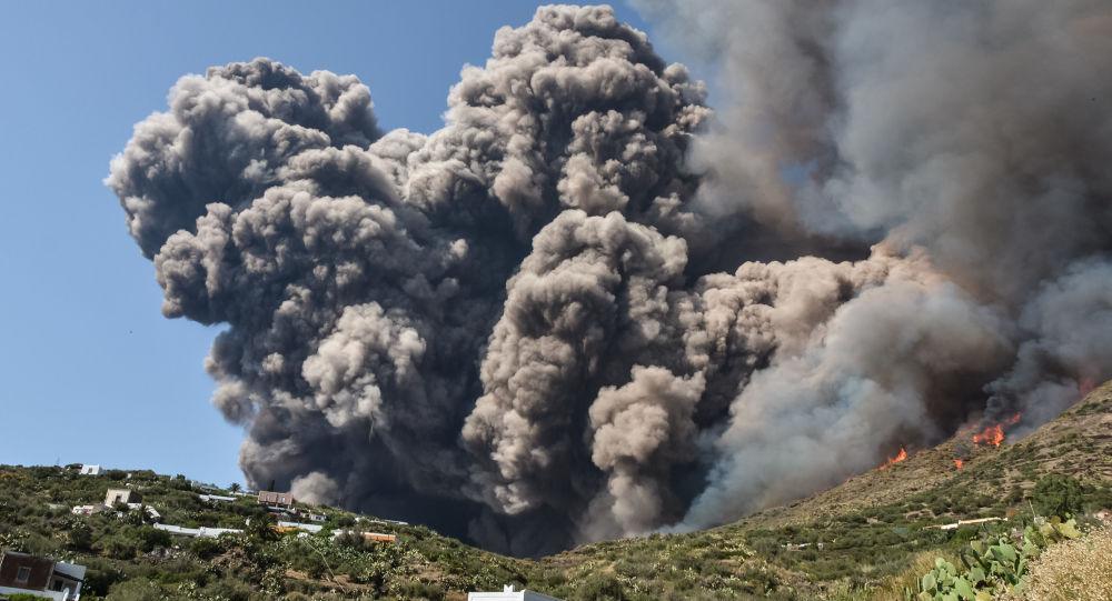 تنبعث أدخنة اللهب والنيران على المنازل القريبة من التلال بعد ثوران بركان سترومبولي في 3 يوليو/ تموز 2019 في جزيرة سترومبولي، شمال صقلية.