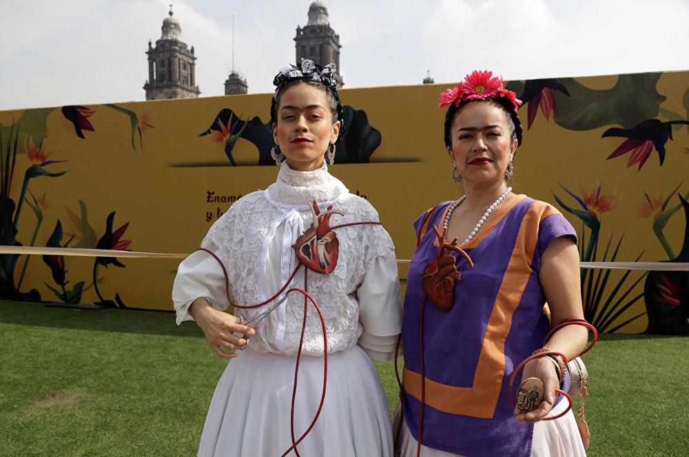 ممثلتان يمثلان لوحة فريدا كالو خلال معرض لوس كولورز دي فريدا كالو في ميدان زوكالو في مكسيكو سيتي