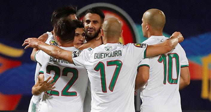 فرحة لاعبي منتخب الجزائر بعد التأهل لربع نهائي أمم أفريقيا