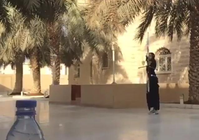 بطلة السعودية تشارك في تحدي غطاء الزجاجة