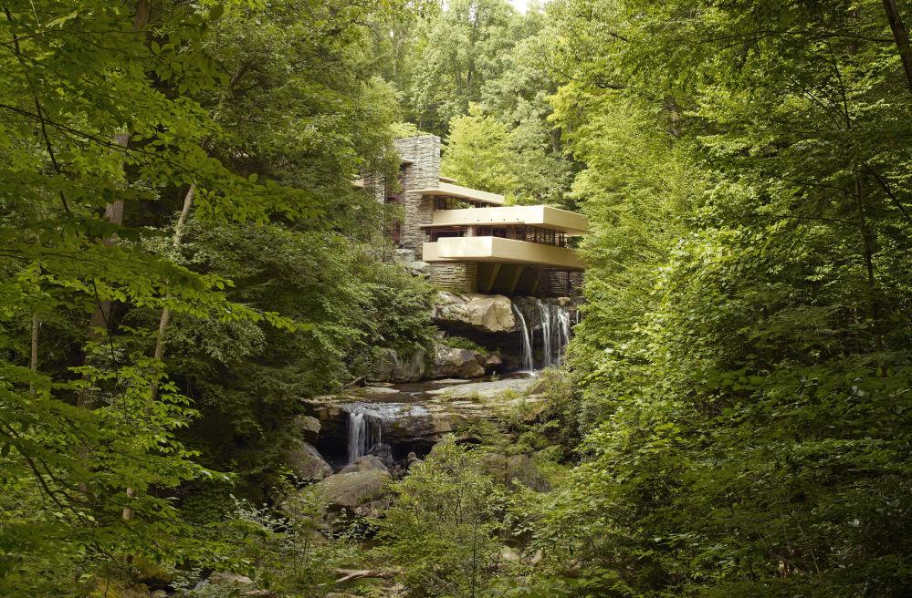 أعمال فرانك لويد رايت المعمارية في القرن الـ 20 في الولايات المتحدة الأمريكية - يضم الفندق ثمانية مبان من تصميم المهندس المعماري فرانك لويد رايت في الولايات المتحدة خلال النصف الأول من القرن الـ20، ومنها مثلاً بيت الشلال (ميل رن في بنسلفانيا)، وبيت هربرت وكاثرين جاكوبس (ماديسون في ويسكونسن)، ومتحف غوغنهايم في نيويورك).