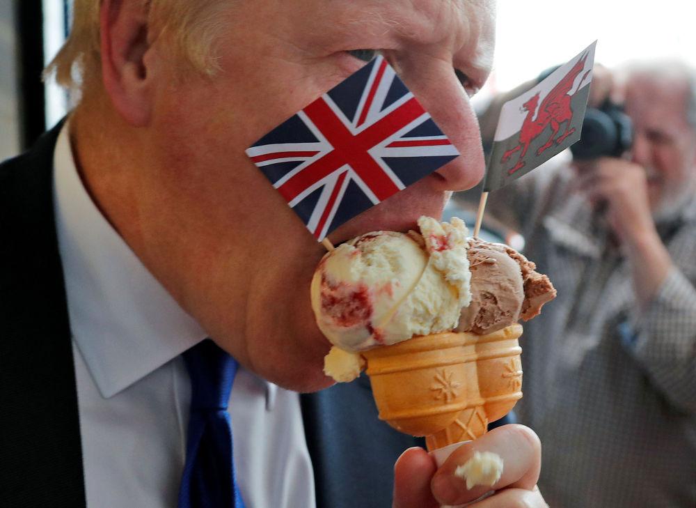مرشح حزب المحافظين لمنصب رئيس وزراء بريطانيا بوريس جونسون يتناول الأيس كريم قبل بدء النقاش مع وزير الخارجية جيريمي هانت، 6 يوليو/ تموز 2019