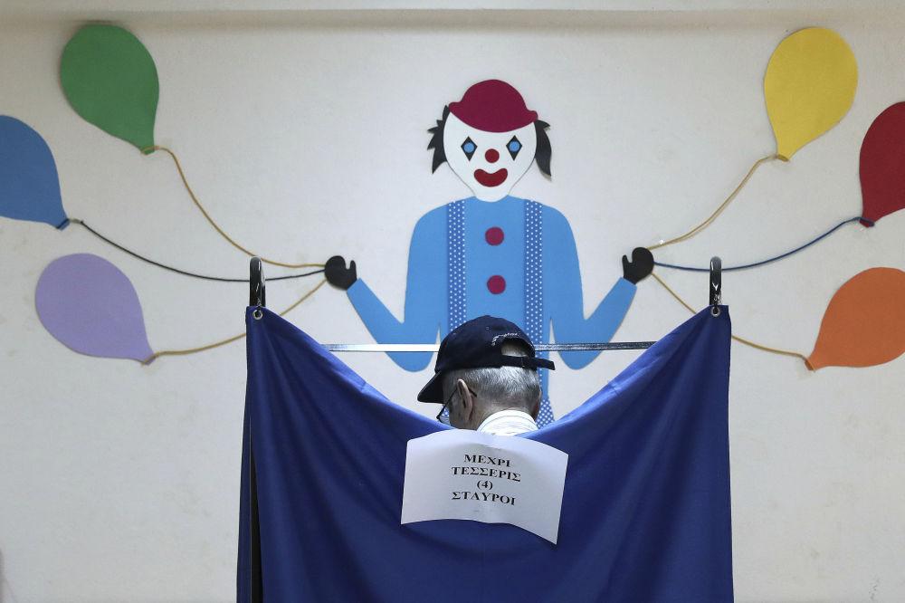 في مركز الاقتراع في أثينا، اليونان 7 يوليو/ تموز 2019