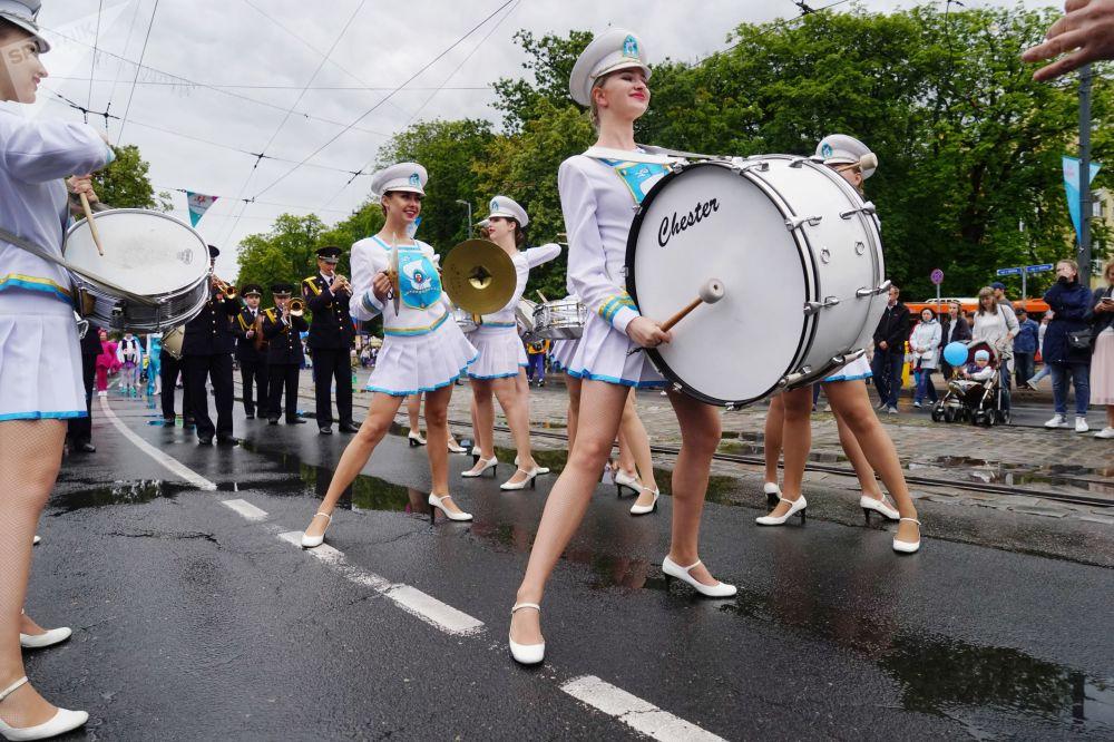 طبالون خلال الاحتفال بيوم المدينة في كالينينغراد الروسية