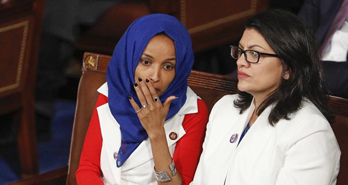 النائبتان إلهان عمر ورشيدة طايب تستمعان إلى خطاب حالة الاتحاد للرئيس دونالد ترامب