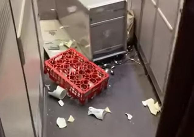 فوضى على متن طائرة إماراتية