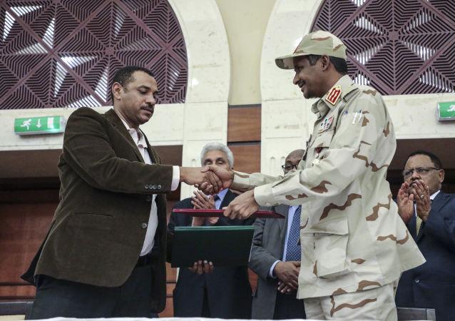 المجلس العسكري السوداني وقوى الحرية والتغيير يوقعان على الاتفاق السياسي
