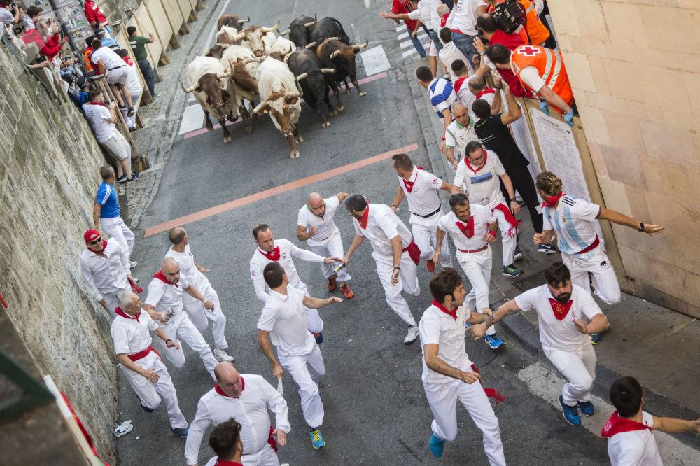 مشاركو مهرجان سان فرمين في بامبلونا في إسبانيا