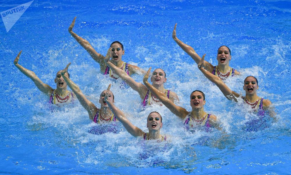 رياضيات المنتخب الروسي يشاركن في البرنامج الفني لمسابقات فرق السباحة الإيقاعية في بطولة العالم للألعاب المائية الـ18 في غوانغجو، كوريا الجنوبية