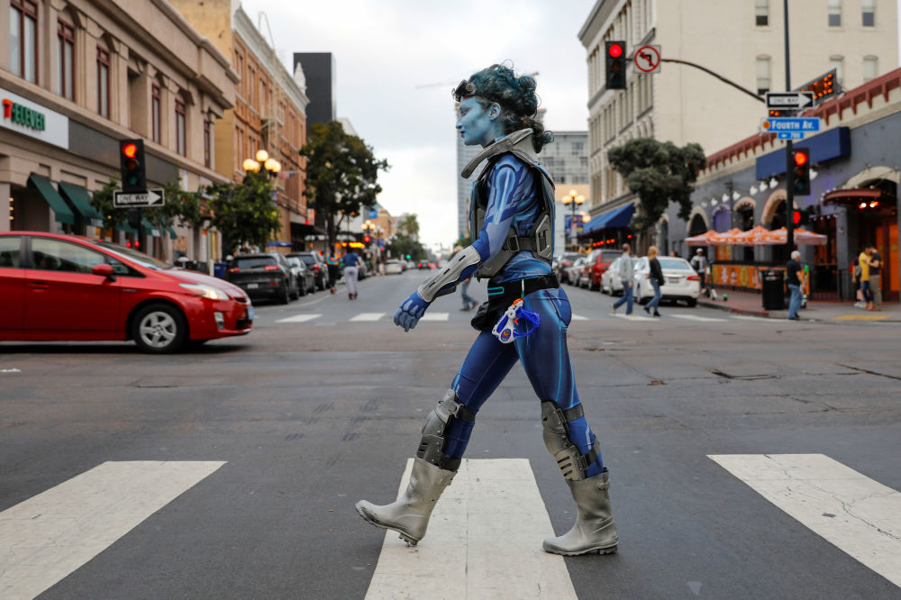 فتاة ترتدي زيًا تسير في الشارع أثناء مهرجان كوميك كون انترنشنال (Comic Con International) في سان دييغو، كاليفورنيا، 17 يوليو/ تموز 2019