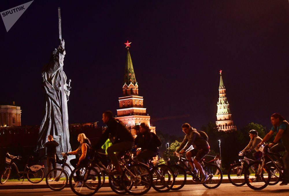 فعالية مسيرة الدراجات الهوائية الليلية في موسكو