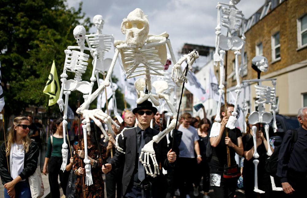 نشطاء مسيرة اكستينكشن ريبيليون شرق لندن، بريطانيا 13 يوليو/ تموز 2019
