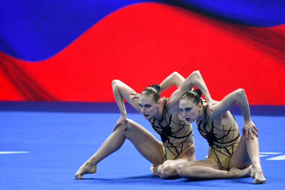 رياضياتا المنتخب الروسي (سفيتلانا كوليسنيتشينكو وسفيتلانا روماشينا) تشاركان في البرنامج الفني لمسابقات فرق السباحة الإيقاعية في بطولة العالم المائية الـ18 في غوانغجو، كوريا الجنوبية 16 يوليو/ تموز 2019