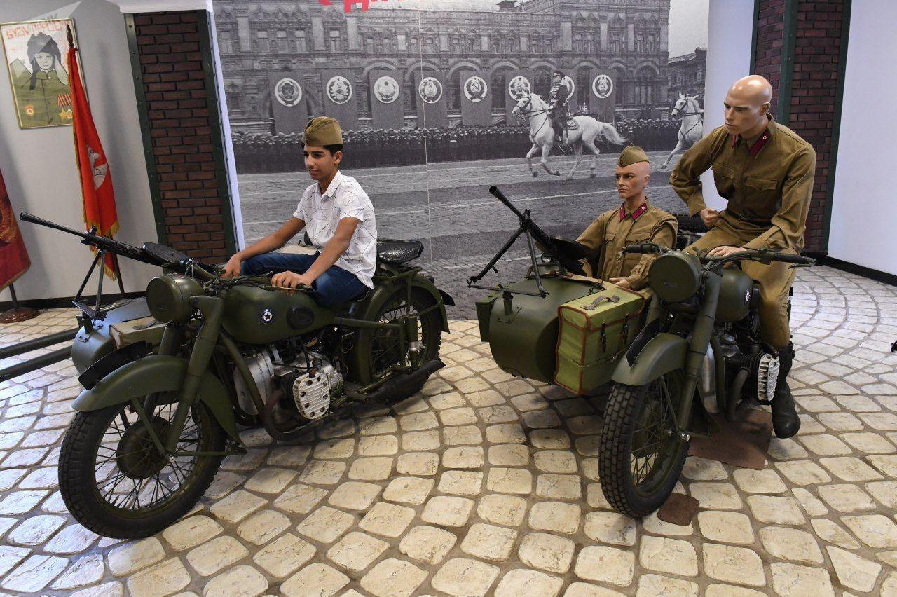 قاسم الكاظمي يزور قسما للمركبات العسكرية في معرض للسيارات العريقة في موسكو