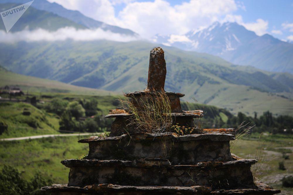 جزء من القبر في مقبرة مدينة الموتى في قرية دارغافز في جمهورية أوسيتيا الشمالية الروسية