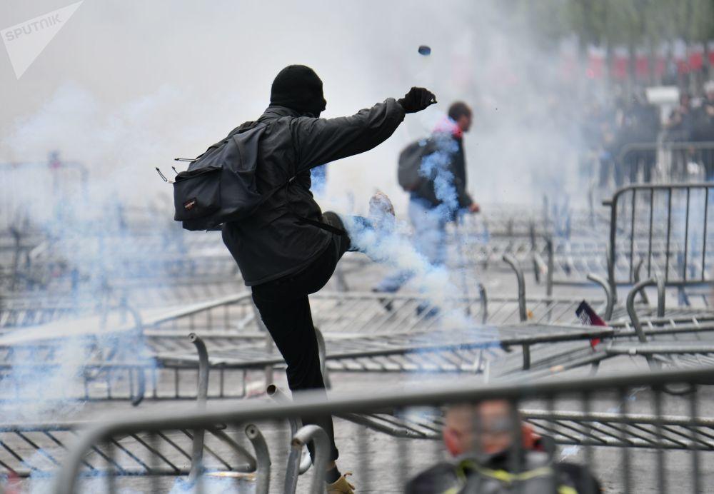 أشخاص يافعون أثناء أعمال الشغب التي وقعت في الشانزليزيه، بعد انتهاء العرض بمناسبة يوم باستيل في باريس