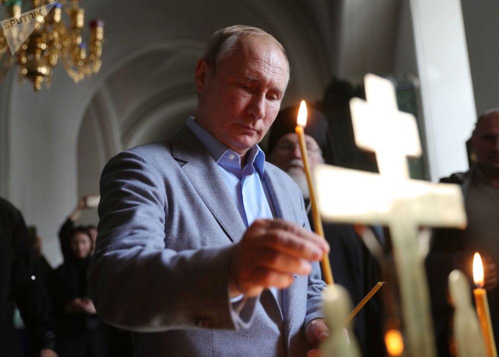 الرئيس فلاديمير بوتين خلال زيارته إلى كتدرائية سباسو-بريوبراجينسكي التابعة لدير الرجال فالامسك في جمهورية كاريليا الروسية