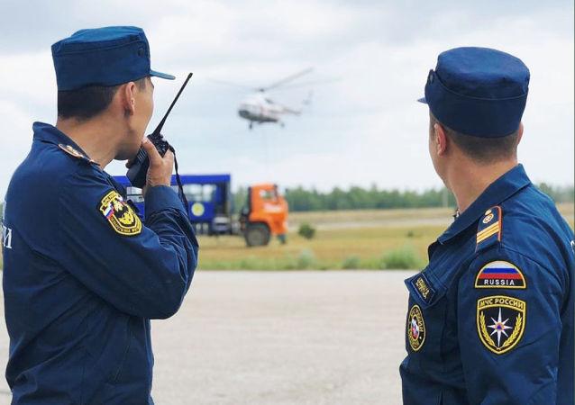 موظفو وزارة الطوارئ الروسية يطفئون حرائق الغابات في ياقوتيا، حرائق غابات