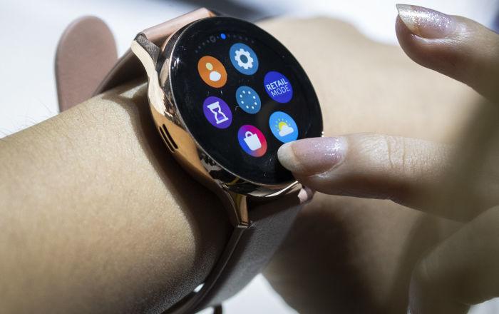 """ساعة """"سامسونغ غلاكسي 3"""" تجعلك ترد على المكالمات بإحكام قبضة يدك"""