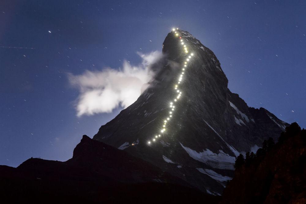 مصابيح مضاءة مسار أول تسلق على جبل ماترهورن في أواخر 13 يوليو 2015 في زيرمات.