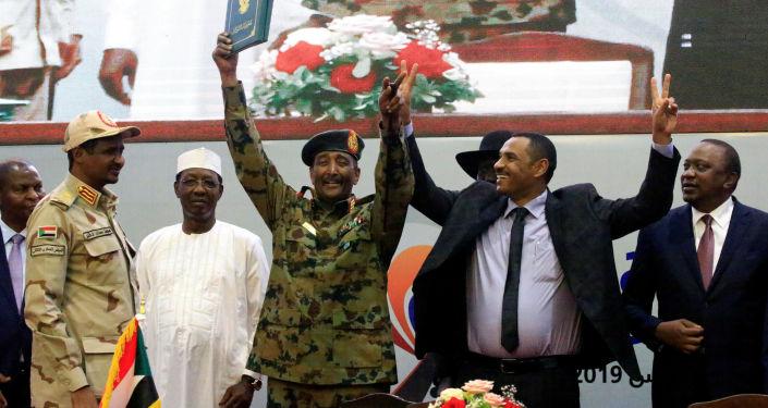 المجلس العسكري الانتقالي في السودان، وقوى إعلان الحرية والتغيير يوقعان على وثيقة الإعلان الدستوري بصفة نهائية