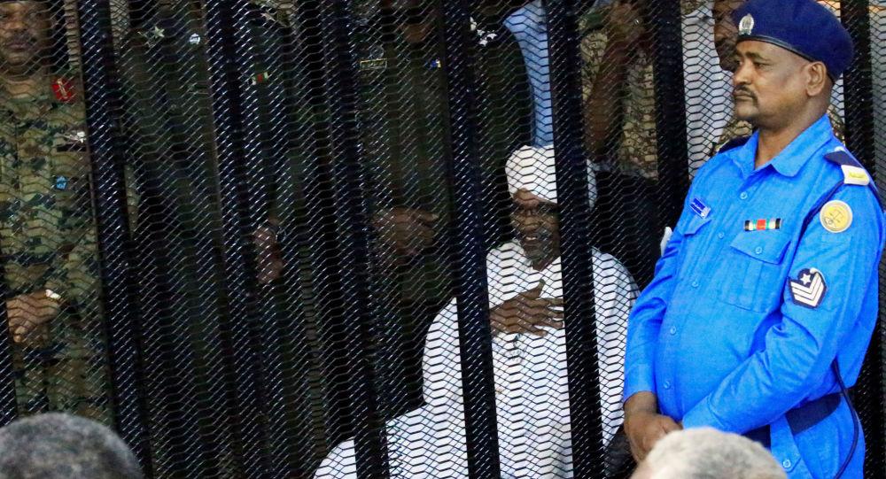 الرئيس السوداني المعزول عمر البشير داخل قفص المحاكمة